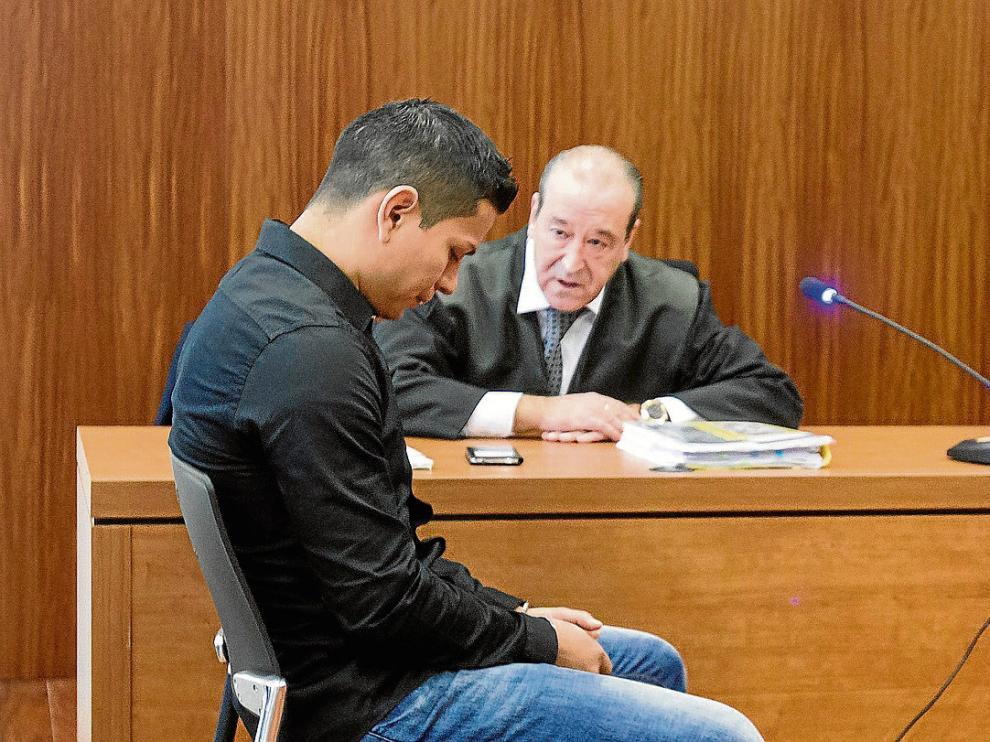 El condenado, Edgar Leonardo Montaño, durante el juicio, junto a su abogado, Javier Notivoli.