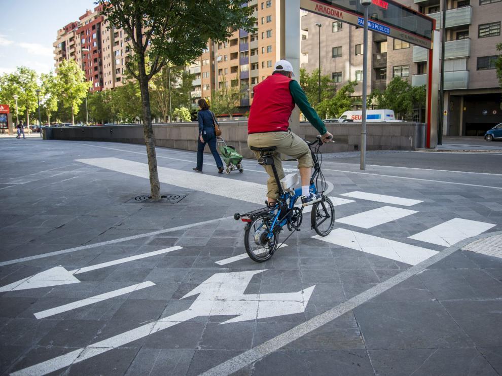 Un ciclista en el carril bici de Aragonia