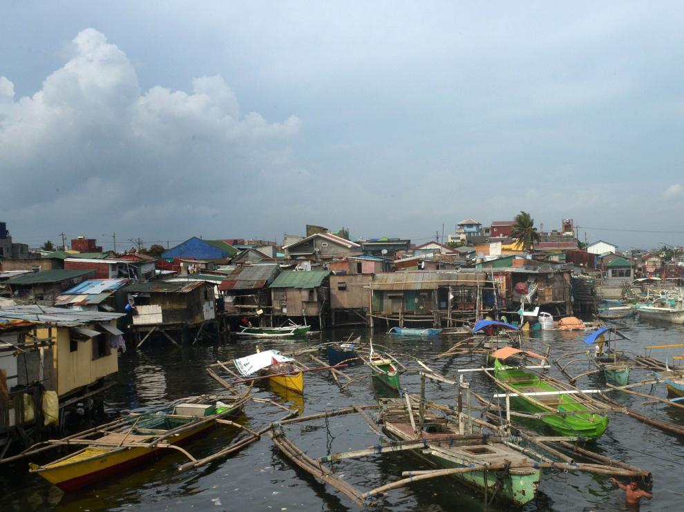 Miles de pasajeros terminan abandonados en Filipinas