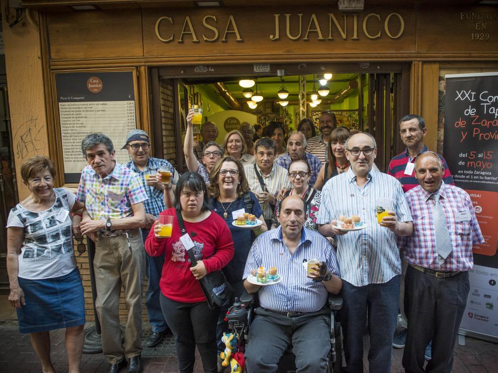 Integrantes de la Federación Luis de Azúa participaron en el concurso de tapas en Casa Juanico