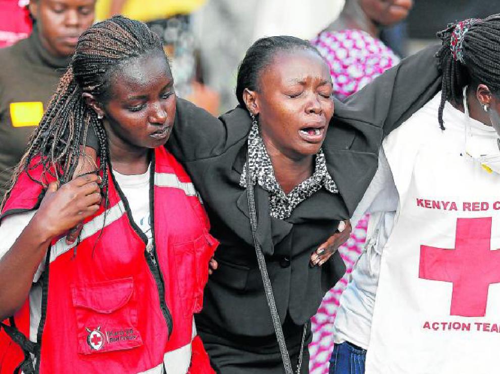 Personal de la Cruz Roja atienden a una familiar de uno de los asesinados en la Universidad de Garissa, ayer en Nairobi.