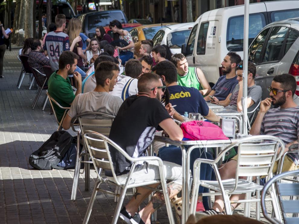 Las terrazas se llenan de gente con la ola de calor.