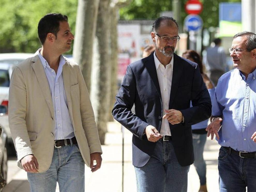 El candidato a la Junta de Castilla y León por Ciudadanos, Luis Fuentes (c), acompañado de los candidatos a la Alcaldía y las Cortes, Jesús de Lozar (d), y Jesús Ciria (i), en su visita a Soria.