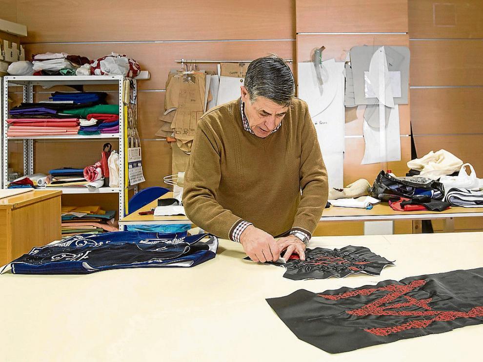 El sastre Daniel Roqueta, con una de las pruebas que realizó para el vestuario de Madonna.