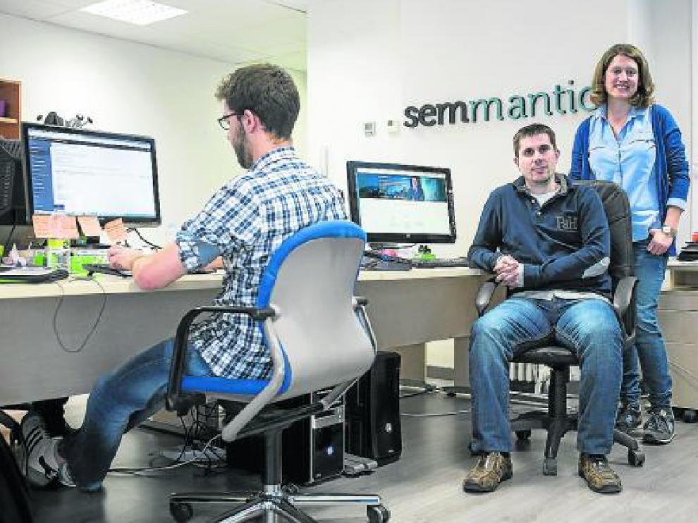 Natalia Samperiz y Jesús Barón (a la derecha), en la sede de Semmantica, en Zaragoza.