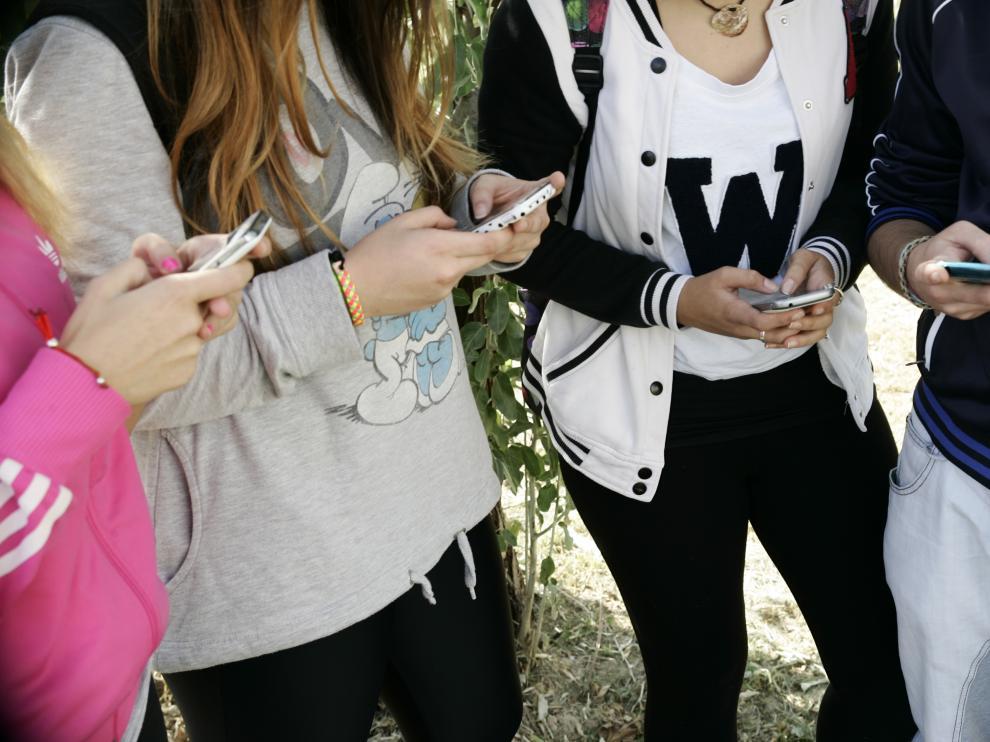 Jóvenes usando las redes sociales para comunicarse