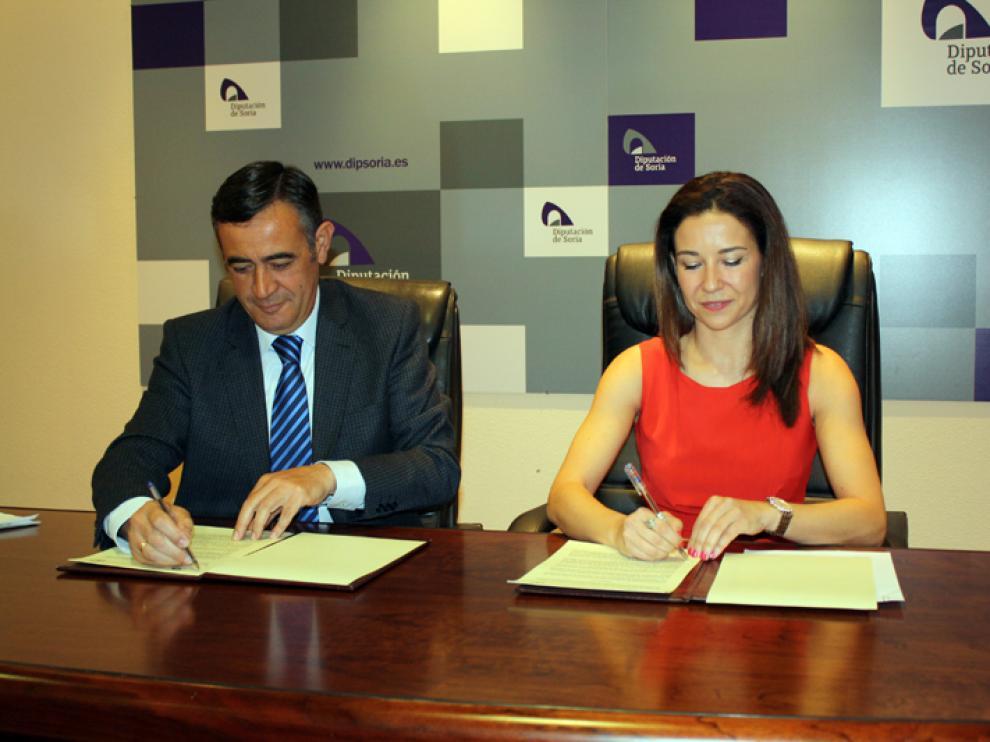 El presidente de la Diputación de Soria, Antonio Pardo, y la presidenta del Colegio Oficial de Farmacéuticos de Soria, Raquel Martínez García, han firmado el convenio de colaboración