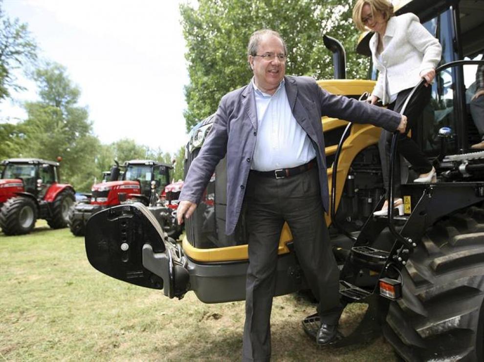 El presidente de la Junta de Castilla y León y candidato del PP a la reelección, Juan Vicente Herrera, la feria de maquinaria agrícola de Almazán,