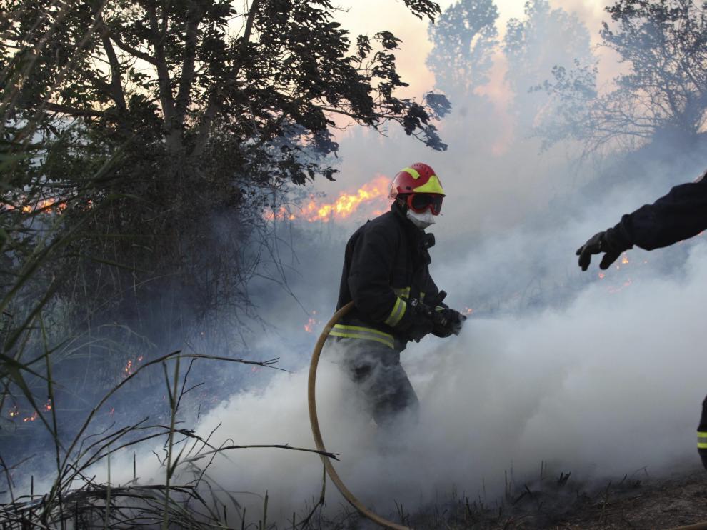Labores de extinción del incendio este viernes por la tarde