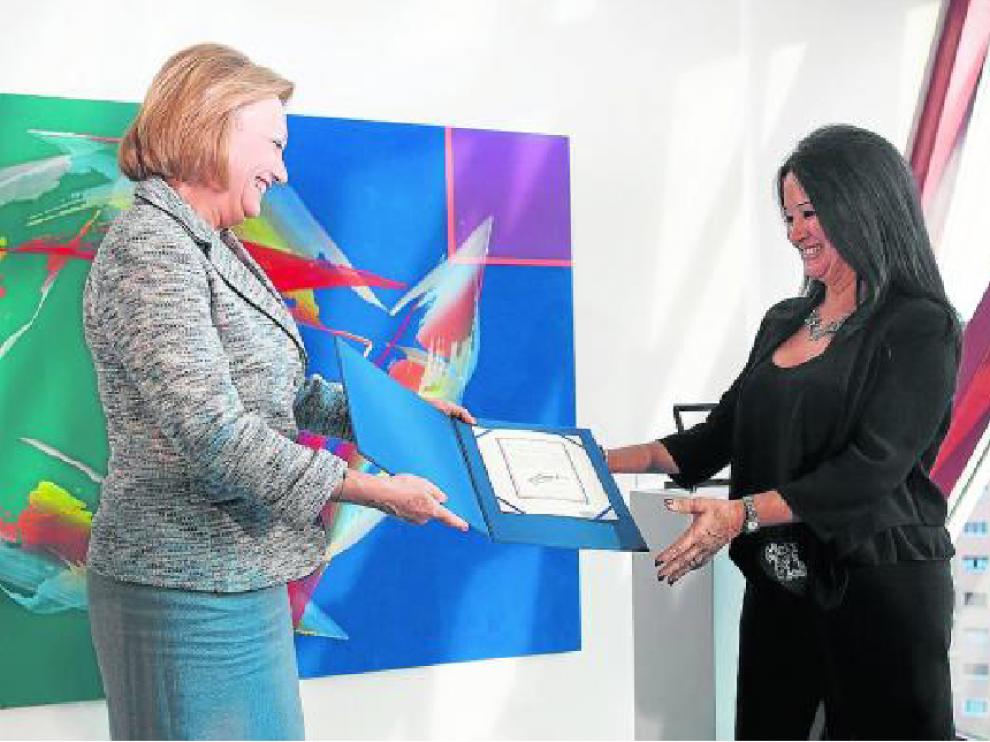 Luisa Fernanda Rudi entrega el Premio de las Letras Aragonesas 2014 a Magdalena Lasala.