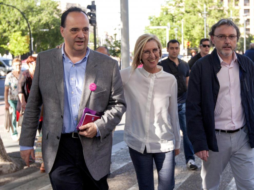 La líder de UPyD, Rosa Díez, junto a los candidatos a la presidencia, José Luis Lajara, y a la alcaldía de Zaragoza, Jesús López, de paseo ciudadano por las calles de Zaragoza.