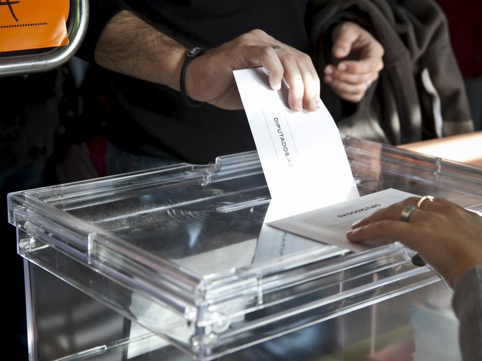 Un votante introduce la papeleta en la urna, en las elecciones de 2011