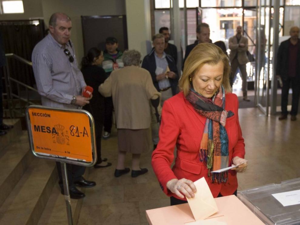 Los candidata del Partido Popular, Luisa Fernanda Rudi, votando este domingo.