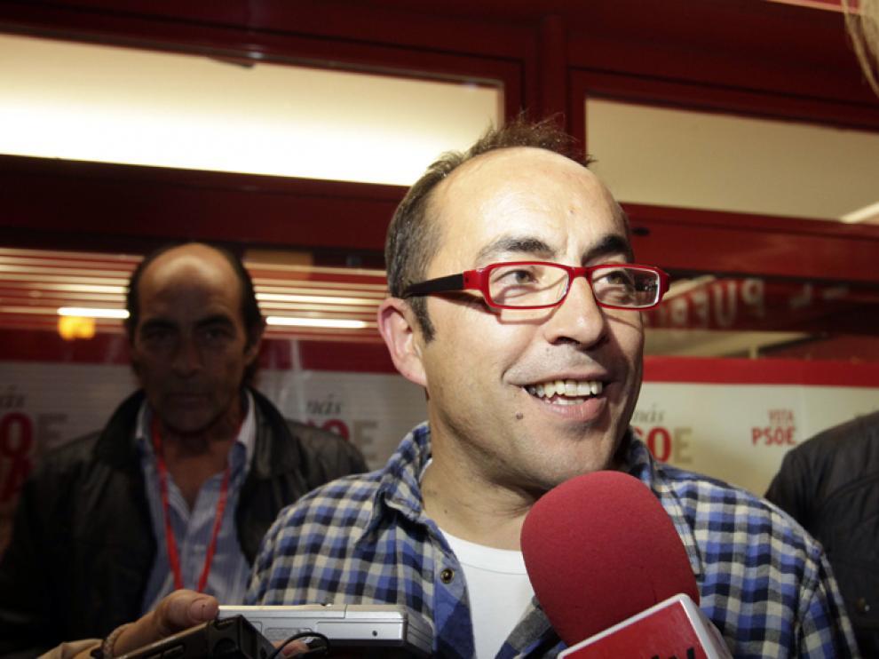 Luis Rey, durante el festejo de la victoria del PSOE en las urnas