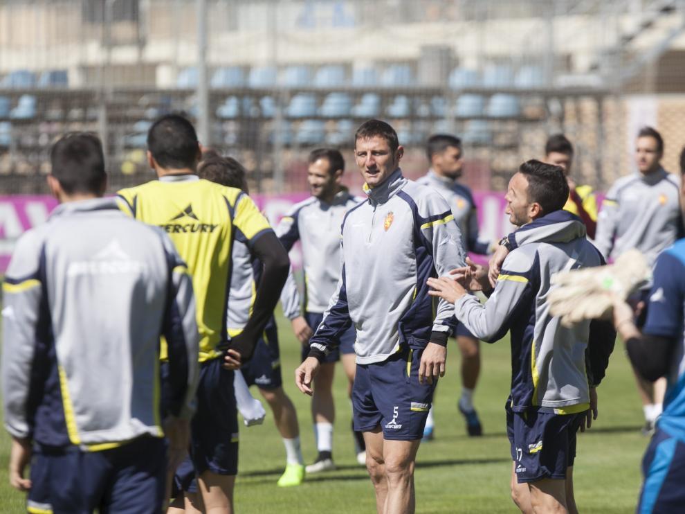 Los jugadores del Real Zaragoza, durante el entrenamiento de este miécoles
