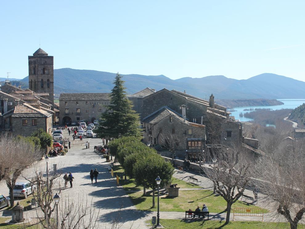 El castillo y la plaza Mayor de Aínsa, entre los emplazamientos en los que grabará la productora.