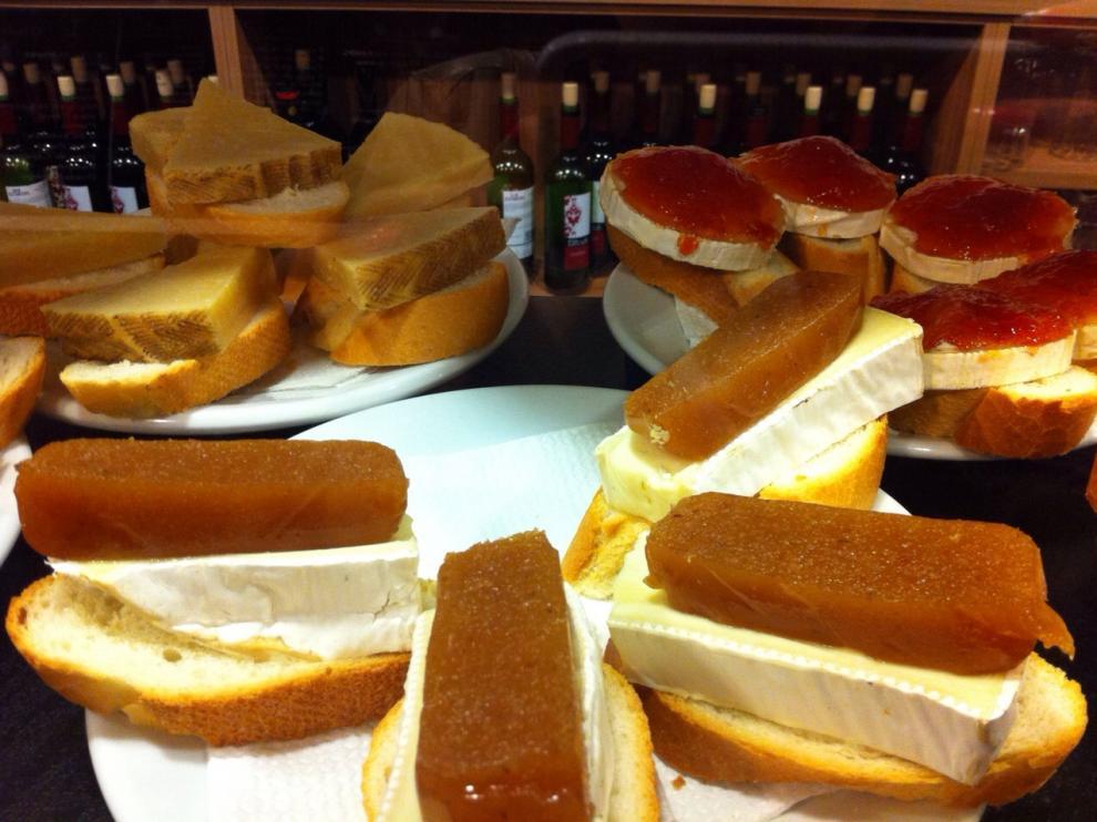 Algunas de las tapas que se pueden degustar en el Juepincho.