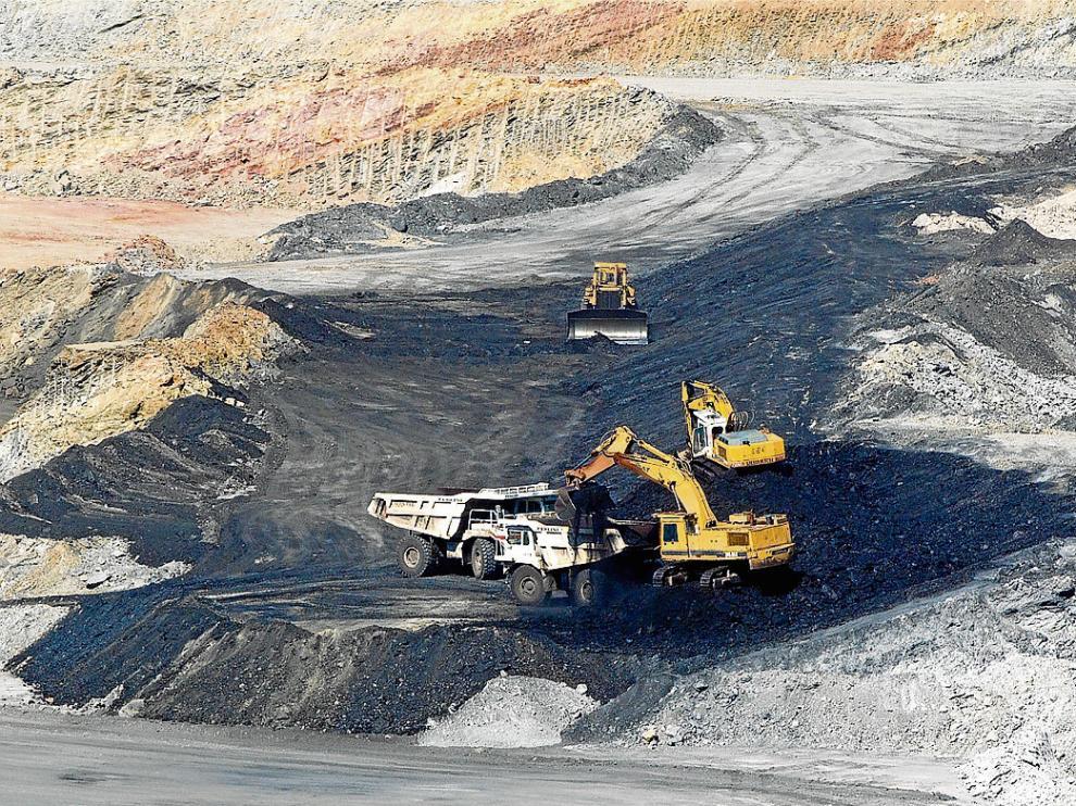 La máquinas extraen carbón en la mina de Samca en Ariño.