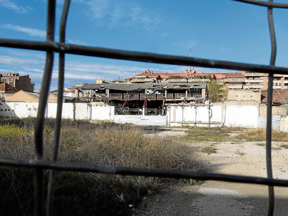 En el polígono de las harineras, en el centro de Huesca, hay naves en ruina que deben derribarse.