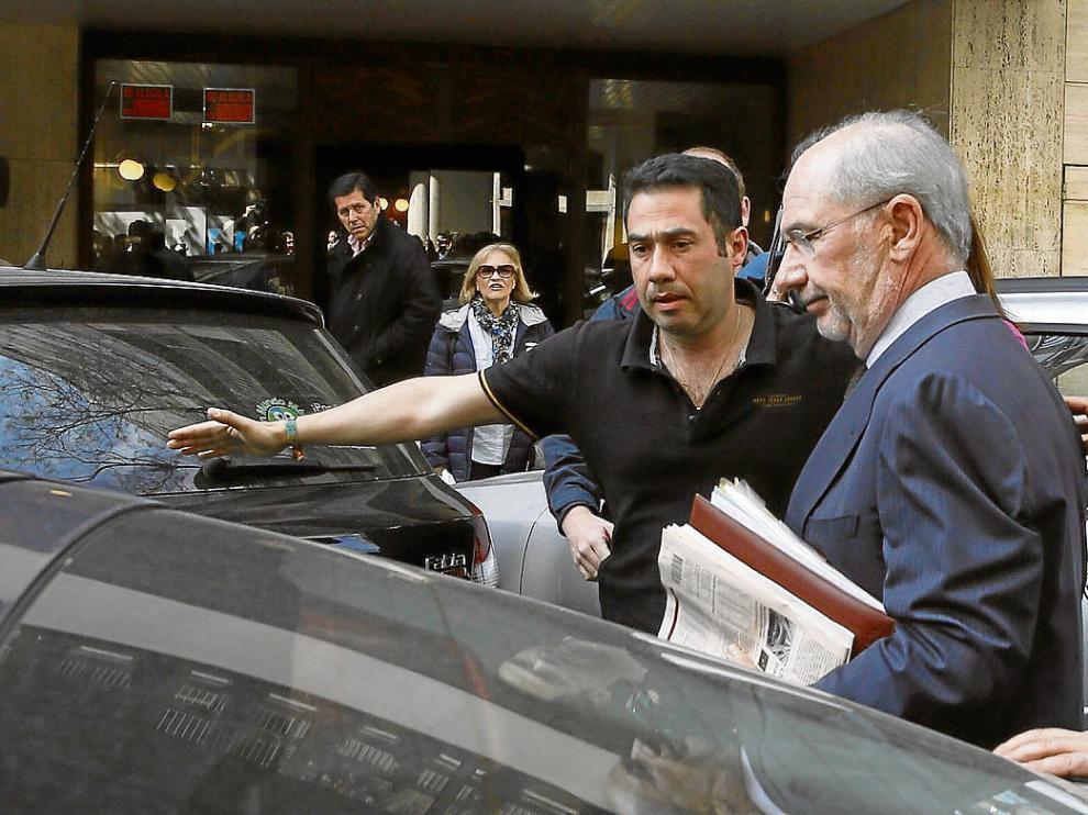 Rodrigo Rato, escoltado al salir de su casa el pasado miércoles.