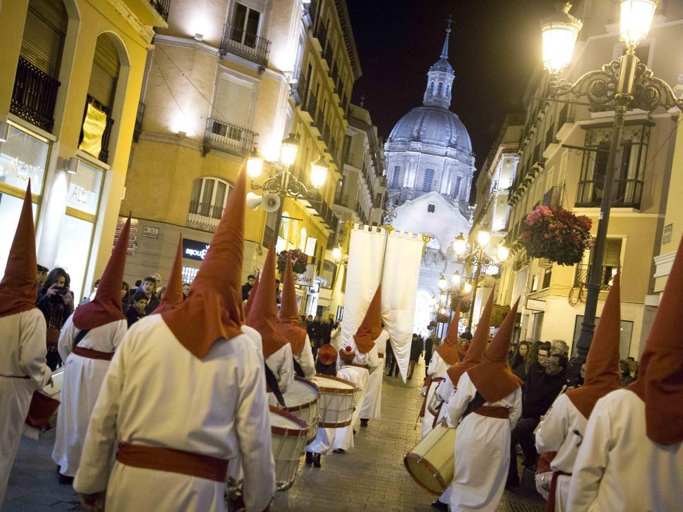 Cofrades llegando a la Plaza del Pilar