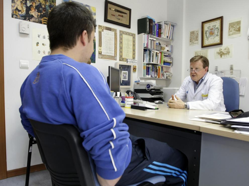 Un médico pasando consulta en el Centro de Salud de La Milagrosa