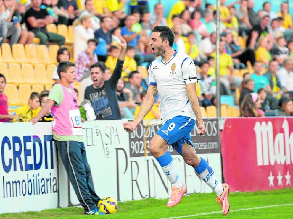 Borja Bastón celebra un gol al Alcorcón.