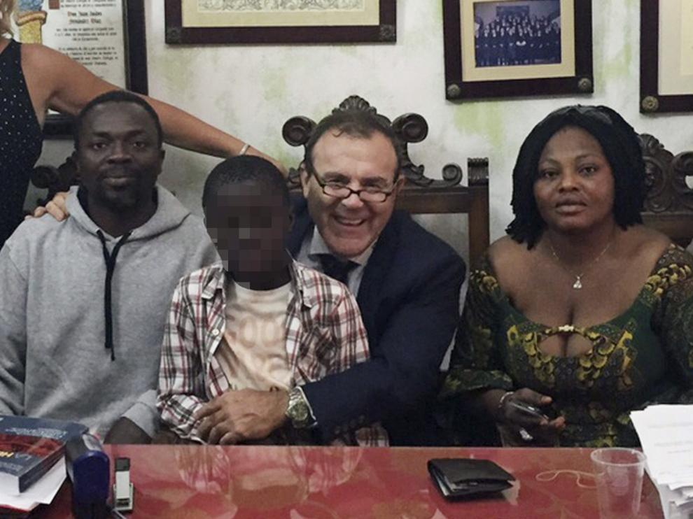 Alí Ouattara y su esposa Lucie, padres del niño Adou al que introdujeron en una maleta para poder entrar en España por la frontera de Ceuta