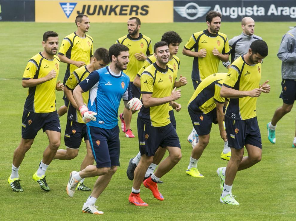 Los jugadores del Real Zaragoza, durante el entrenamiento de ayer