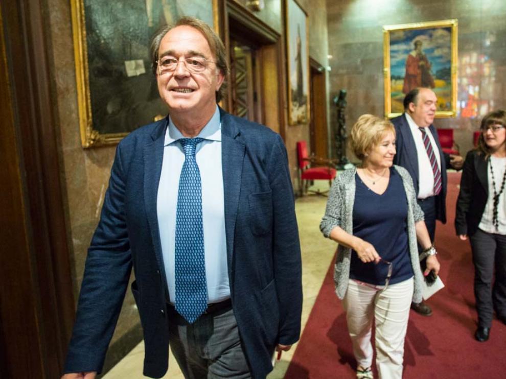 Los socialistas Carlos Pérez Anadón y Lola Campos, en el Ayuntamiento de Zaragoza.