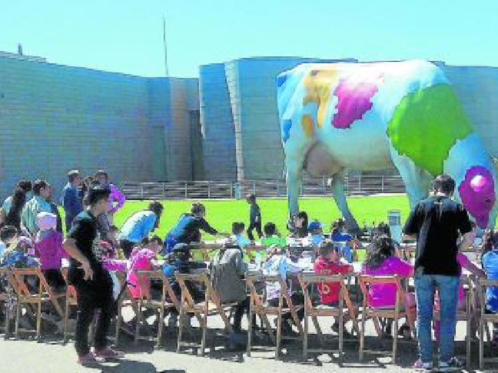 Los niños participaron este fin de semana en el concurso 'Vacas con arte' que organizó el CDAN con las figuras de la empresa Eboca.
