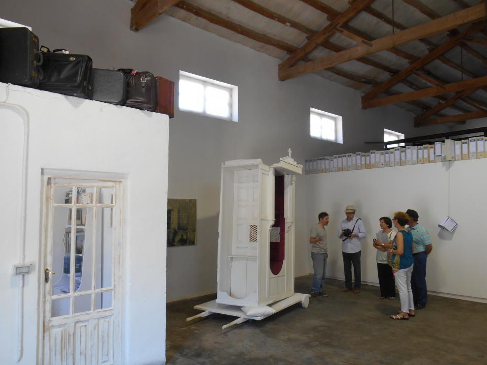 Ricardo Calero explica el proyecto a vecinos del pueblo.
