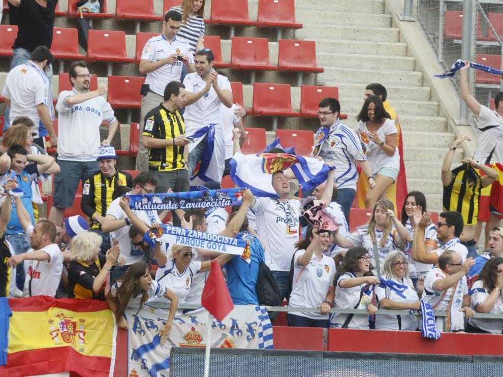 Los aficionados del Real Zaragoza celebran uno de los goles en Montilivi
