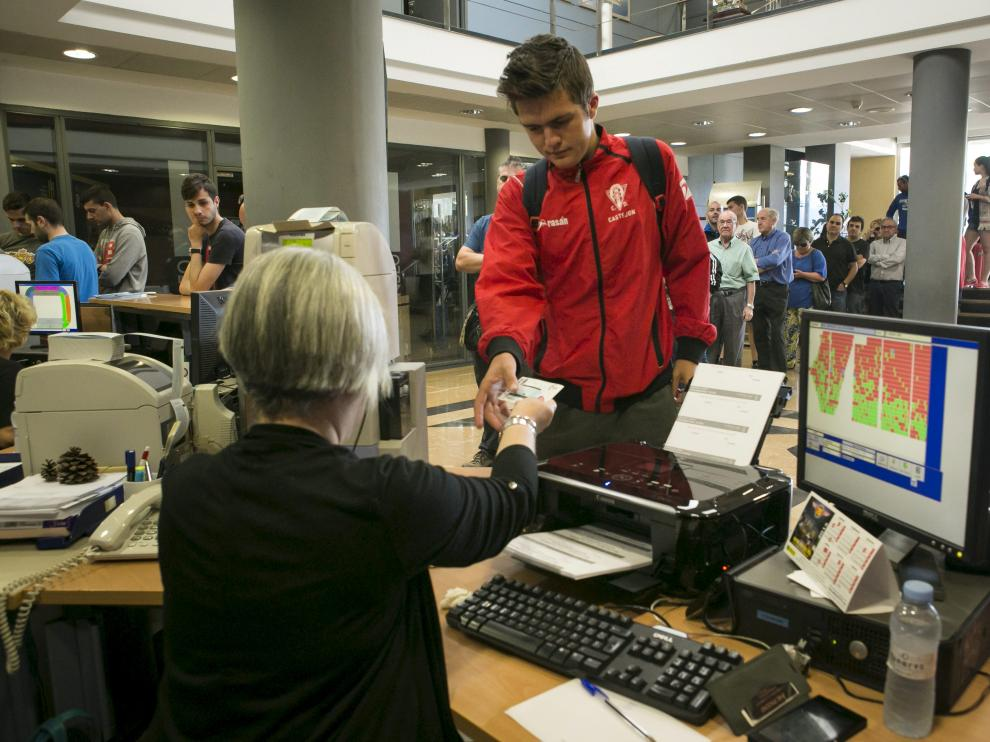 Un aficionado compra una entrada en las oficinas del Real Zaragoza