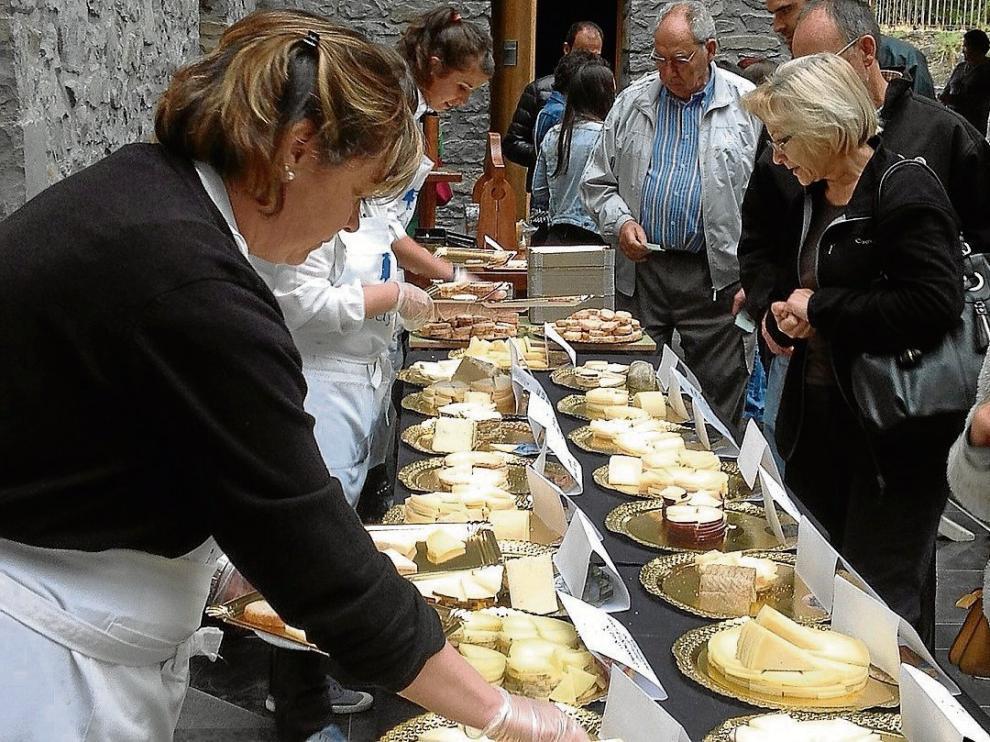 La degustación popular tuvo que celebrarse en el pabellón municipal a causa de la lluvia.