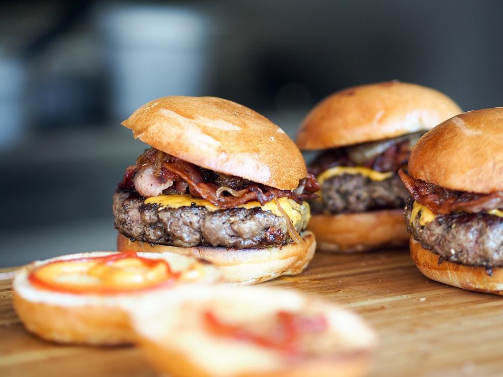 Las hamburguesas, la bollería industrial y las margarinas, entre otros, son muy ricos en grasas trans.