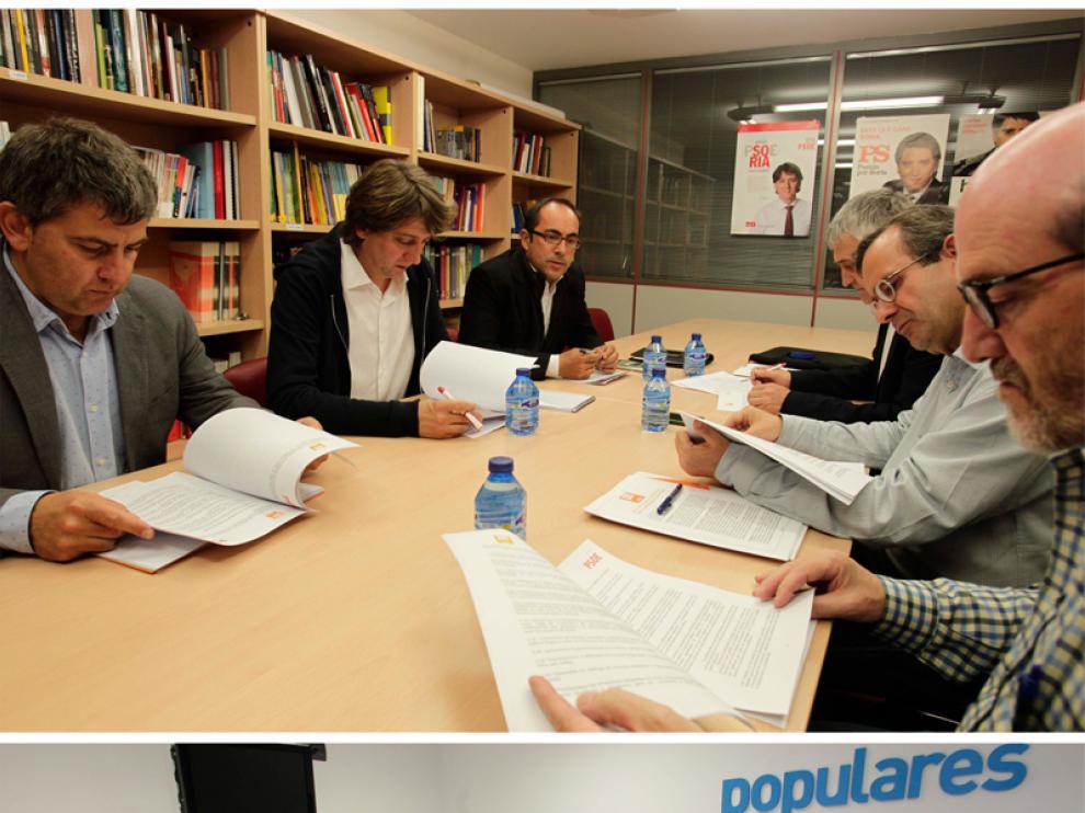 PSOE y C's se vieron este martes a las 17.00 horas en la sede socialista (arriba). Los populares se entrevistaron con Jesús de Lózar a las 18.30 horas.
