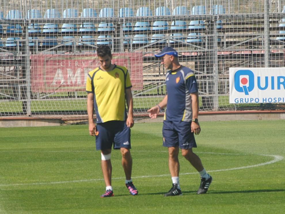 Popovic chara con Cabrera durante el entrenamiento