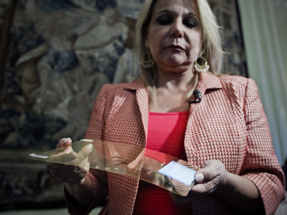 Científicos españoles, entre los que se encuentra la zaragozana Celia Sánchez-Ramos, crean un protector para móviles que protege la retina.
