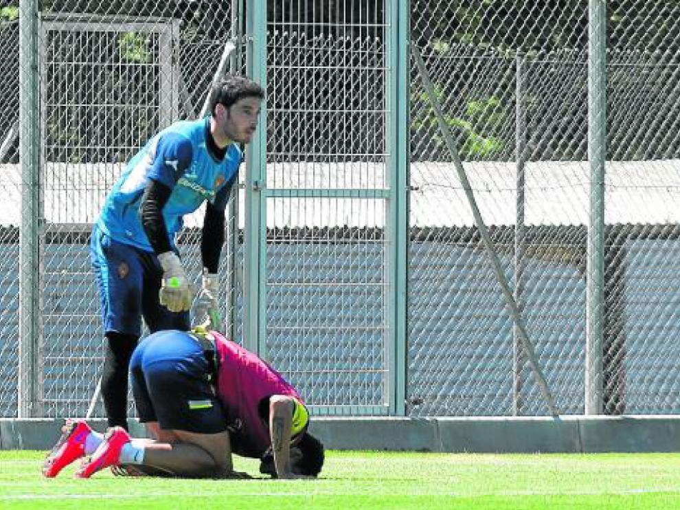 Momento en el que ayer cayó lesionado Willian José. El guardameta Alcolea le atiende y Ranko Popovic se acerca a interesarse.
