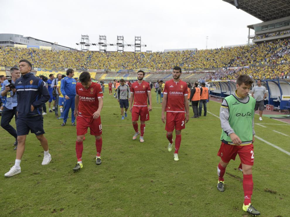 Los zaragocistas abandonan el estadio de Gran Canaria cabizbajos.