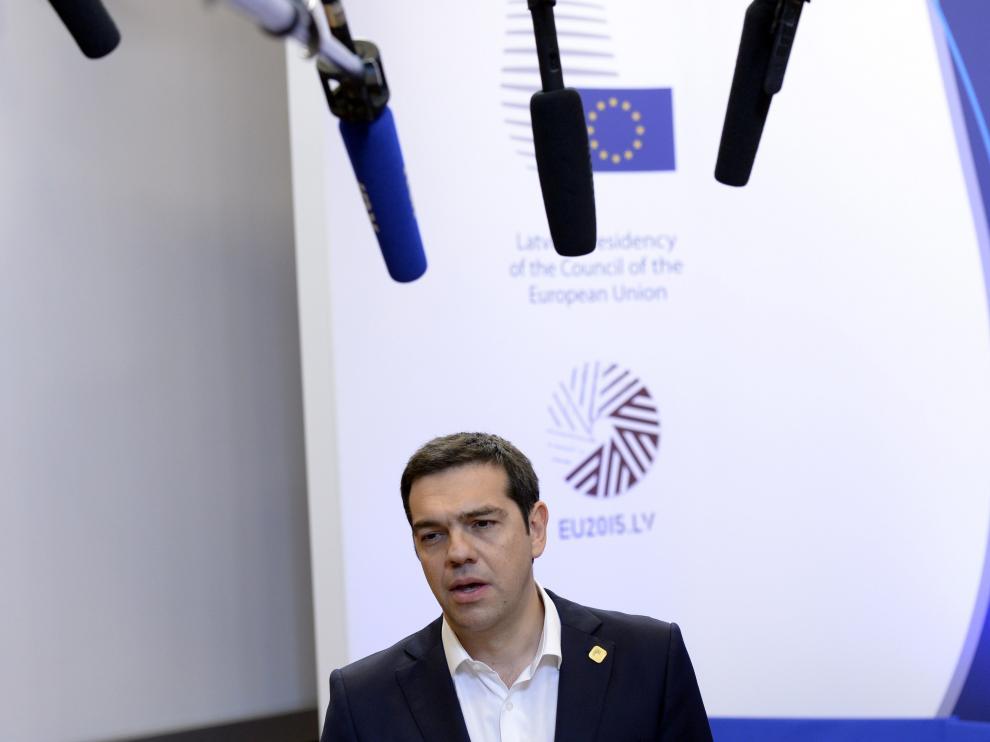 Alexis Tsipras habla con los medios en Bruselas.