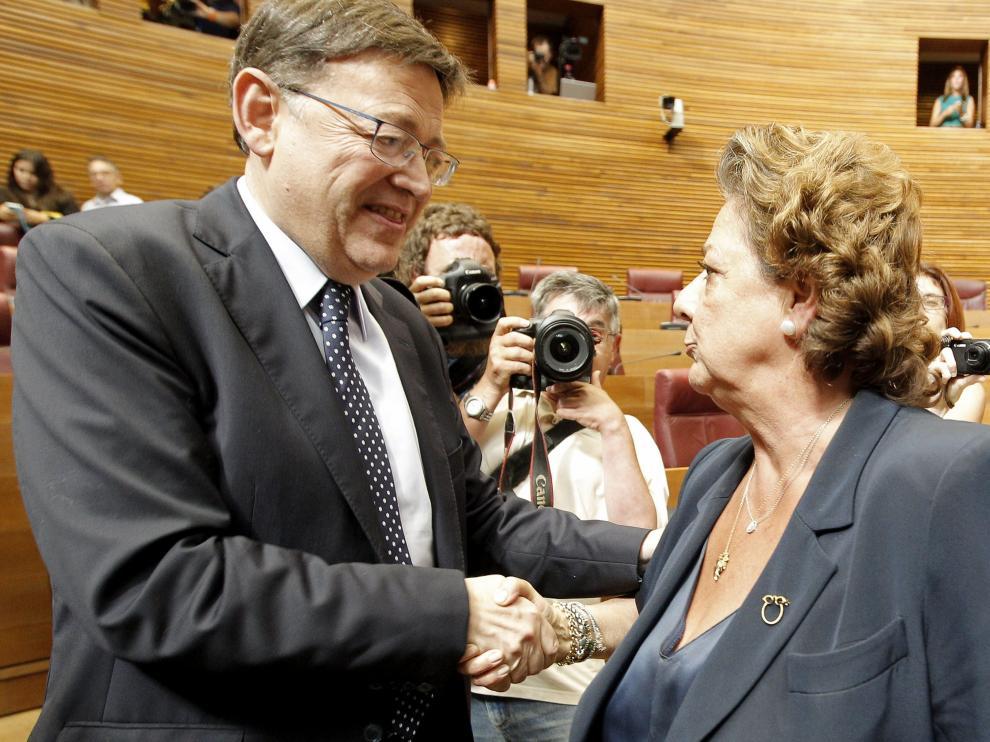 Ximo Puig recibe la felicitación de la presidenta del grupo popular Rita Barberá tras su elección en el pleno de investidura.