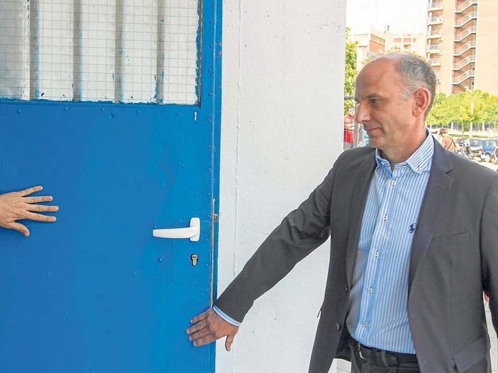 El director deportivo Martín González accede al estadio de La Romareda.