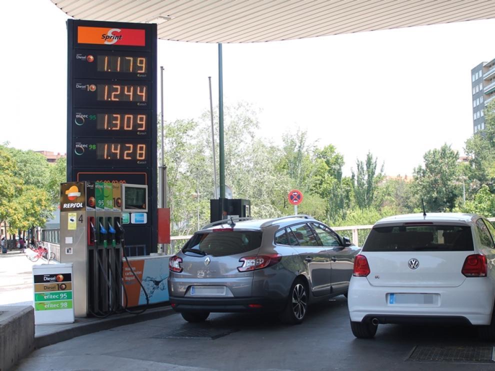 Coches repostando gasolina en Zaragoza, imagen de archivo.