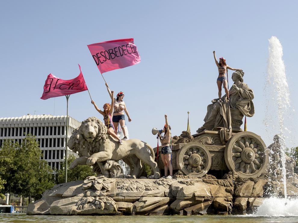 Mujeres de Femen protestan desnudas en la fuente de Cibiles contra la 'ley mordaza', este miércoles.
