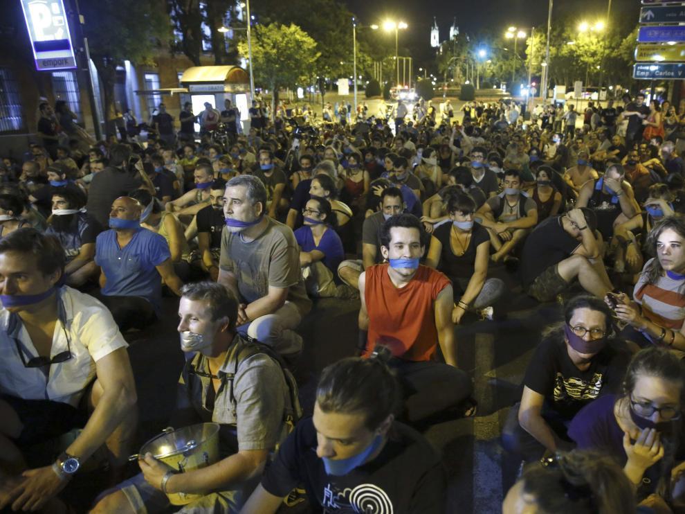 Manifestantes ante el Congreso de los Diputados, en Madrid, contra la Ley de Seguridad Ciudadana.