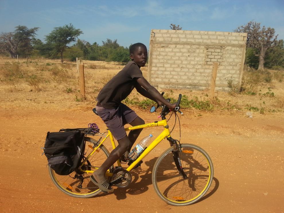 Un chico va en bici en la zona de Palmarin en Senegal.