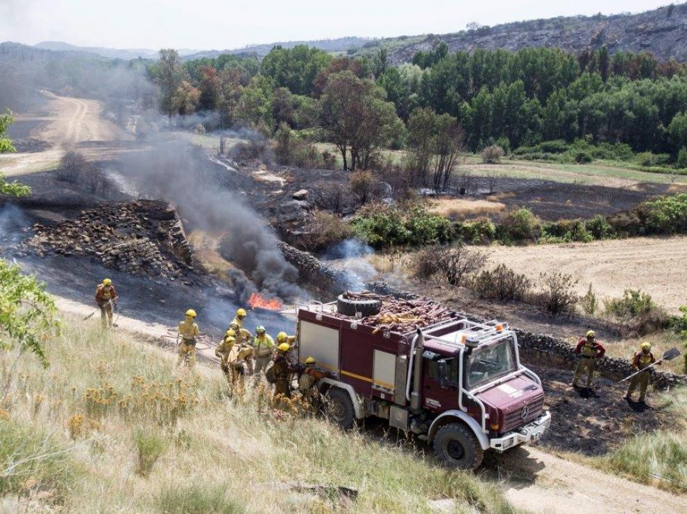 El fuego se reavivó ligeramente este martes en Asín pero volvió a ser controlado.