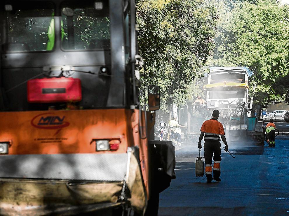 Los trabajos de fresado, ayer por la tarde en un tramo de la calle de Joaquín Costa.